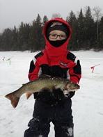Expédition pêche : enfant avec poisson