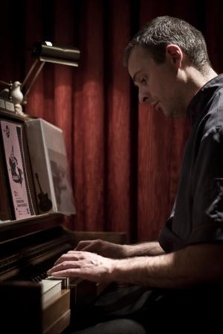 Hugues au piano